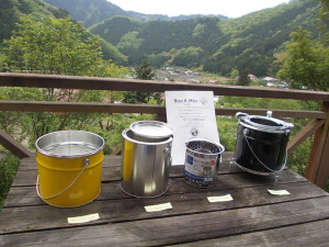 津浪と松村理事長発案ポップ缶火巫女(火鉢)