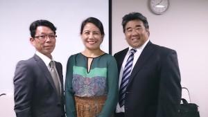 トンガファンの日本男子と駐日大使(中央)