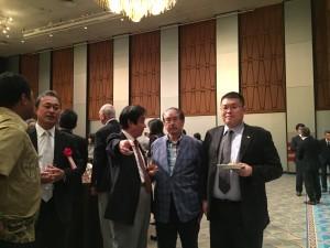 黒崎PICセンター次長(右端)とワンショット!松村理事長、Smile please!