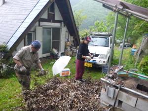 炭焼きワークショップ1回目開始(枯葉と庭木)