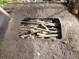 少し大きめの剪定庭木を炭に