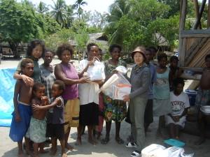 医薬品を寄贈されるソワム村のアシスタントナース